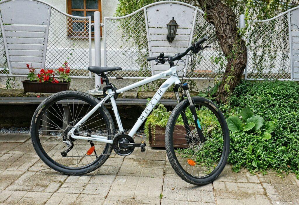 Rowery-elektryczne-oraz-tradycyjne-kazimierz-dolny-5-1024x703